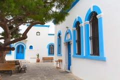 Ελληνικά παραδοσιακά άσπρα και μπλε παράθυρα Στοκ Φωτογραφίες