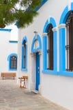 Ελληνικά παραδοσιακά άσπρα και μπλε παράθυρα Στοκ Εικόνες