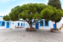 Ελληνικά παραδοσιακά άσπρα και μπλε παράθυρα Στοκ εικόνα με δικαίωμα ελεύθερης χρήσης