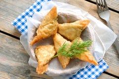 Ελληνικά τρίγωνα ζύμης filo φέτας και σπανακιού στοκ φωτογραφία