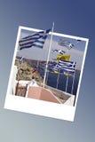 Ελληνικές σημαίες σε Santorini, στιγμιαίο πλαίσιο φωτογραφιών Στοκ εικόνα με δικαίωμα ελεύθερης χρήσης