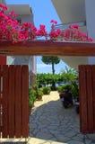 Ελληνική είσοδος κήπων σπιτιών Στοκ εικόνα με δικαίωμα ελεύθερης χρήσης