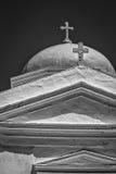 Ελληνική Ορθόδοξη Εκκλησία σε Santorini B&W Στοκ Εικόνα