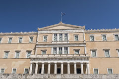 Ελληνική πρόσοψη του Κοινοβουλίου (Vouli) στο τετράγωνο συντάγματος στην Αθήνα Στοκ Εικόνες