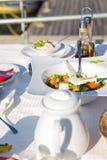 Ελληνική σαλάτα ή φρέσκια νόστιμη φυτική σαλάτα με το άσπρο τυρί φέτας στον πίνακα στο εστιατόριο σε μια παραλία Στοκ φωτογραφία με δικαίωμα ελεύθερης χρήσης