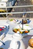 Ελληνική σαλάτα ή φρέσκια νόστιμη φυτική σαλάτα με το άσπρο τυρί φέτας στον πίνακα στο εστιατόριο σε μια παραλία Στοκ Φωτογραφίες