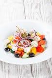 Ελληνική σαλάτα με τα φρέσκα λαχανικά, τις ελιές και το τυρί φέτας ξύλινο στενό σε επάνω υποβάθρου Τοπ όψη Στοκ φωτογραφία με δικαίωμα ελεύθερης χρήσης