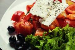 Ελληνική σαλάτα με τα φρέσκα λαχανικά, το τυρί φέτας και τις μαύρες ελιές, Στοκ φωτογραφία με δικαίωμα ελεύθερης χρήσης