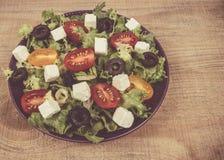 Ελληνική σαλάτα με τα φρέσκα λαχανικά, το τυρί φέτας και τις μαύρες ελιές Στοκ φωτογραφία με δικαίωμα ελεύθερης χρήσης