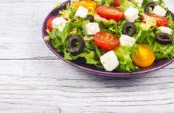 Ελληνική σαλάτα με τα φρέσκα λαχανικά, το τυρί φέτας και τις μαύρες ελιές Στοκ Φωτογραφίες