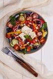 Ελληνική σαλάτα με τα φρέσκα λαχανικά, τυρί φέτας, μαύρες ελιές Στοκ εικόνες με δικαίωμα ελεύθερης χρήσης