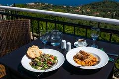 Ελληνική σαλάτα με το ψωμί και φρυγανιά, ελληνικό κρέας με τα noodels, ελληνικά Στοκ Εικόνα