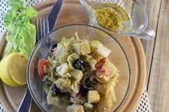 Ελληνική σαλάτα με croutons και τη σάλτσα μουστάρδας μελιού Στοκ Φωτογραφία