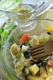 Ελληνική σαλάτα με croutons και τη σάλτσα μουστάρδας μελιού Στοκ εικόνα με δικαίωμα ελεύθερης χρήσης