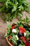 Ελληνική σαλάτα σε ένα ξύλινο κύπελλο σαλάτας Στοκ φωτογραφίες με δικαίωμα ελεύθερης χρήσης