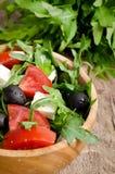 Ελληνική σαλάτα σε ένα ξύλινο κύπελλο σαλάτας Στοκ Εικόνες