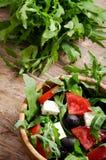 Ελληνική σαλάτα σε ένα ξύλινο κύπελλο σαλάτας Στοκ φωτογραφία με δικαίωμα ελεύθερης χρήσης