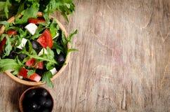 Ελληνική σαλάτα σε ένα ξύλινο κύπελλο σαλάτας Στοκ Φωτογραφίες