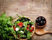 Ελληνική σαλάτα σε ένα ξύλινο κύπελλο σαλάτας Στοκ Φωτογραφία