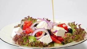 Ελληνική σαλάτα φρέσκων λαχανικών απόθεμα βίντεο