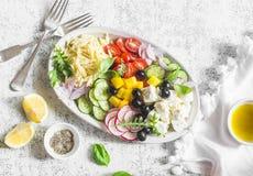 Ελληνική σαλάτα orzo λεμονιών Φέτα, orzo, ντομάτες, αγγούρια, ραδίκια, ελιές, σαλάτα πιπεριών σε ένα ελαφρύ υπόβαθρο, τοπ άποψη Υ Στοκ Εικόνες