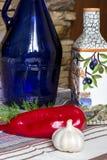 Ελληνική φωτογραφία τροφίμων, ελαιόλαδο, λαχανικά, πιπέρι, κουζίνα eco πιάτων Στοκ εικόνες με δικαίωμα ελεύθερης χρήσης
