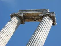 Ελληνικοί ιοντικοί στήλες και μπλε ουρανός Στοκ Εικόνες