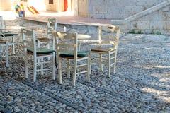 Ελληνικοί καρέκλες και πίνακας στο πόλης taverna Kos Στοκ Φωτογραφίες