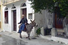 Ελληνικό άτομο στο γάιδαρο στη γραφική πόλη του Πλωμαρίου στοκ εικόνες