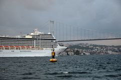 Ελληνικό γιγαντιαίο κρουαζιερόπλοιο που περνά μέσω των στενών της Ιστανμπούλ Στοκ Εικόνες