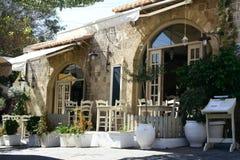 Ελληνικό εστιατόριο στην παλαιά πόλης οδό στη Ρόδο στοκ εικόνα