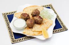 Ελληνικό κεφτές στο pita με τη σάλτσα και το αγγούρι στοκ εικόνες με δικαίωμα ελεύθερης χρήσης