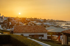 Ελληνικό ξενοδοχείο στο Αιγαίο πέλαγος, στο υπόβαθρο του ουρανού ηλιοβασιλέματος Στοκ Εικόνες