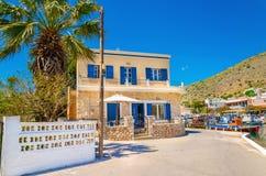 Ελληνικό σπίτι με τα μπλε ξύλινα παράθυρα, Ελλάδα Στοκ φωτογραφίες με δικαίωμα ελεύθερης χρήσης