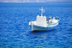Ελληνικό τοπίο με ένα άσπρο αλιευτικό σκάφος Στοκ Εικόνες