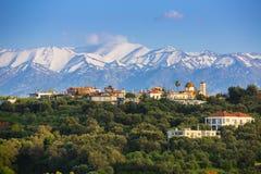 Ελληνικό χωριό στην Κρήτη με τα άσπρα βουνά Στοκ εικόνες με δικαίωμα ελεύθερης χρήσης