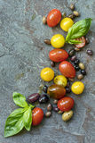 Ελιές και βασιλικός ντοματών υποβάθρου τροφίμων στοκ φωτογραφία με δικαίωμα ελεύθερης χρήσης