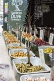 Ελιές που πωλούνται UK στην αγορά δήμων στο Λονδίνο, Στοκ Φωτογραφία