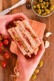 Ελιές τόνου και σάντουιτς ντοματών Στοκ φωτογραφία με δικαίωμα ελεύθερης χρήσης