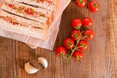 Ελιές τόνου και σάντουιτς ντοματών Στοκ Εικόνες