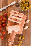 Ελιές τόνου και σάντουιτς ντοματών Στοκ Εικόνα