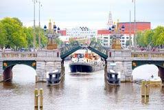 Ελιγμός βαρκών μέσω των καναλιών drawbridge του Άμστερνταμ στοκ εικόνα με δικαίωμα ελεύθερης χρήσης