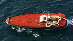 Ελιγμός πρόσδεσης μια βάρκα στο λιμένα στοκ φωτογραφία με δικαίωμα ελεύθερης χρήσης
