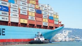Ελιγμός της GERDA MARSK φορτηγών πλοίων στο λιμένα του Όουκλαντ στοκ φωτογραφία με δικαίωμα ελεύθερης χρήσης