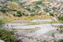 Ελικοειδής δρόμος που ανέρχεται το λόφο σε ένα νότιο χωριό της Ιταλίας Στοκ Εικόνες