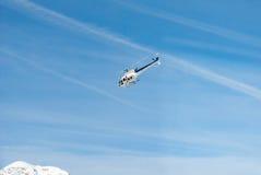 Ελικόπτερο έκτακτης ανάγκης διάσωσης βουνών κατά την πτήση, μπλε λευκό Στοκ Φωτογραφίες