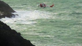 Ελικόπτερο ακτοφυλακών της μεγαλειότητάς της που ελίσσεται στη θέση απόθεμα βίντεο