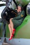 Ελικόπτερο παλαιός-χρονομέτρων και προκλητικός στρατιώτης Στοκ Εικόνες