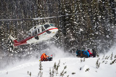 Ελικόπτερο που παίρνει τους σκιέρ στοκ εικόνα