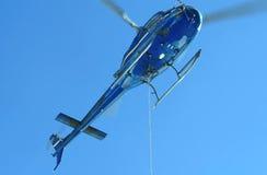 Ελικόπτερο που πετά ενάντια στο μπλε ουρανό Στοκ φωτογραφία με δικαίωμα ελεύθερης χρήσης